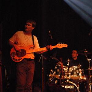 Petr Kovařík zaskakuje na basu